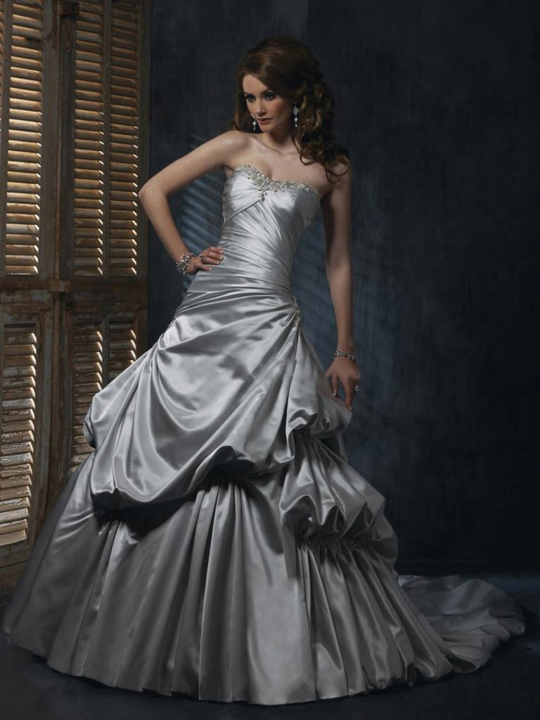 Срібляста весільна сукня